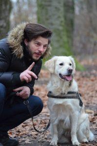 Mann gibt dem Hund Kommando