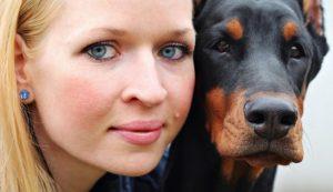 Junge Frau und Ihr Hund