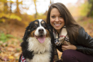 Freudiger Hund mit lächelnde Frau